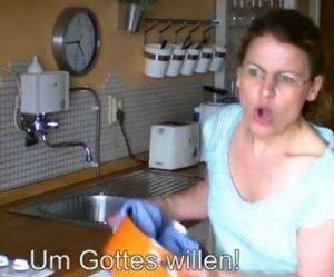 Die gehörlose Bloggerin Judith Göller beim Sprechen