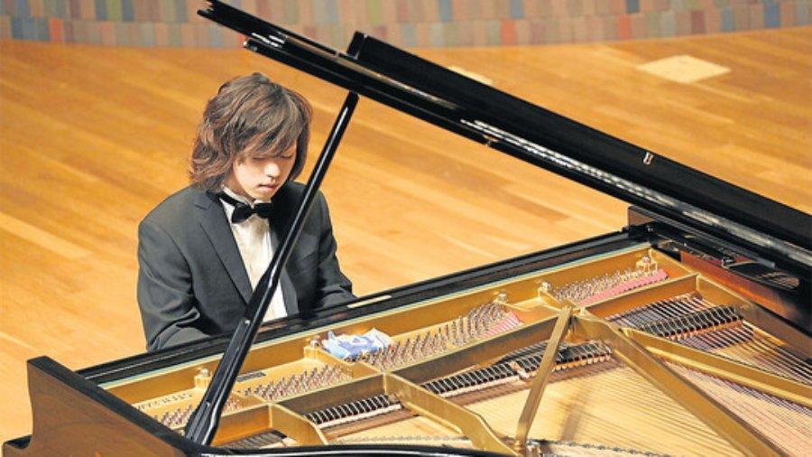 Junichi Kobayashi kann nichts hören. Das hindert ihn aber nicht daran, vor Publikum und gegen Bezahlung auf einem Klavier zu spielen. / Bild: FELIX LILL