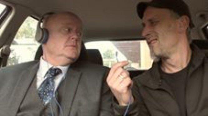 Gehörloser Komiker John Smith hört Musik